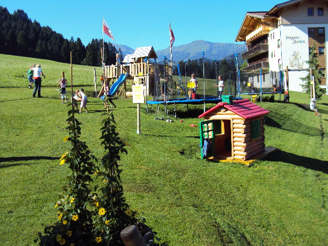 kinderspielplatz-wildschoenau-kids-ice-jacky-coffee-roggenboden-austria-playing-court
